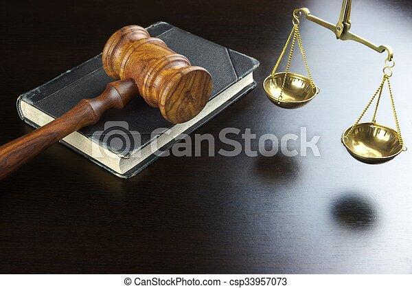 justice, table, noir, livre, vieux, marteau, juges, échelle - csp33957073