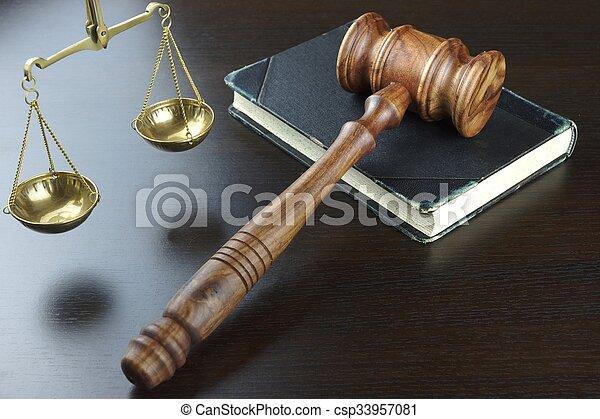 justice, table, noir, livre, vieux, marteau, juges, échelle - csp33957081