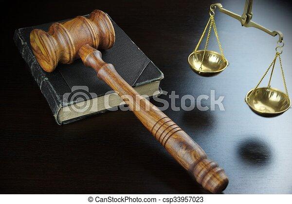 justice, table, noir, livre, vieux, marteau, juges, échelle - csp33957023