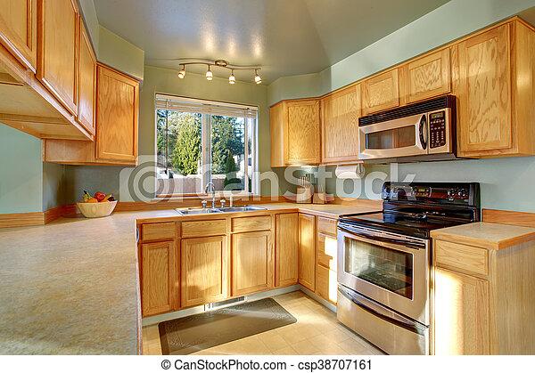 Klassische amerikanische Küche mit Holzschränken - csp38707161