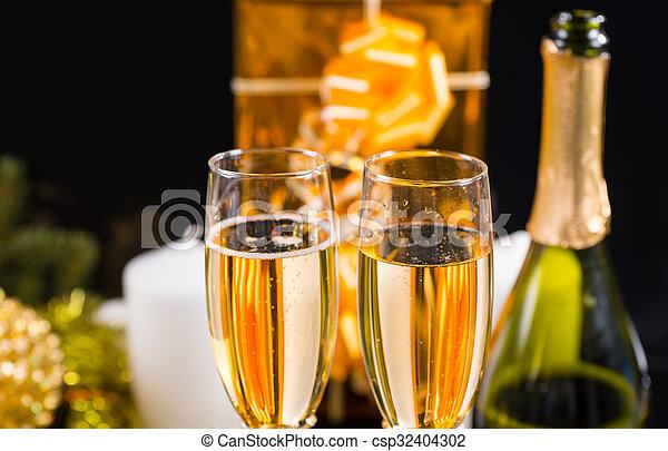 kadootjes, kaarsjes, champagne bril - csp32404302