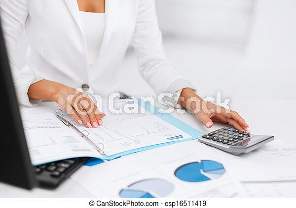 kalkulačka, manželka, doklady, rukopis - csp16511419