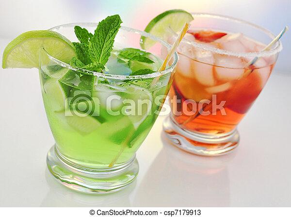 Kalte getränke. Cocktails, kalte , fruechte, brille.
