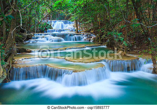 Una cascada forestal profunda en Kananaburi, Tailandia - csp15893777