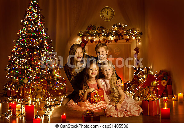 Geschenkideen Familie Weihnachten.Kasten Geschenk Familie Zimmer Baum Zündet Weihnachten Daheim Dekoriert Rgeöffnete Kinder Geschenk