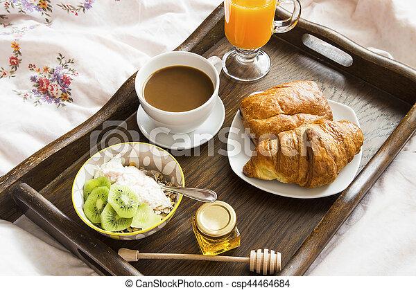 Kawa Drewniane łóżko Jogurt Sok Muesli Croissanty śniadaniowa Taca