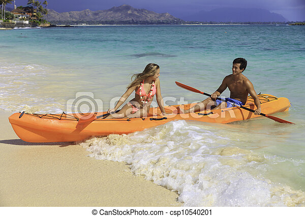Una pareja en su kayak en la playa en Hawaii - csp10540201