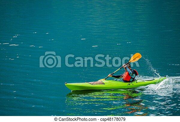 Kayaker caucásico en el lago - csp48178079