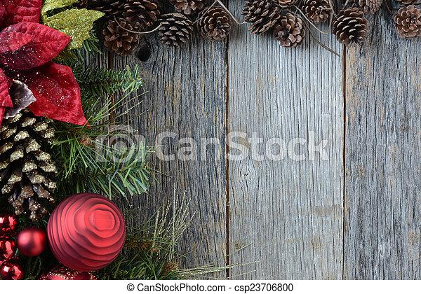 Weihnachtsdekorationen mit Pinienkegeln und rustikalen Holz-Hintergrund - csp23706800