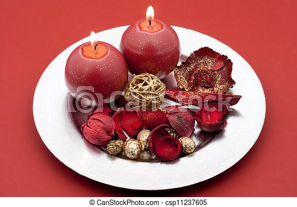 Weihnachtsdeko Auf Teller.Kerzen Weihnachtsdeko Roter Teller Runder Silber