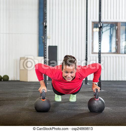 Una mujer haciendo ejercicio con pesas - csp24869813