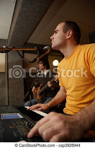 keyboarder, fokus, microphone., gitarre spieler, spielende , heraus - csp3928944