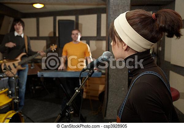 keyboarder, kopf, fokus, sänger, gitarre spieler, m�dchen, elektro, microphone., heraus - csp3928905