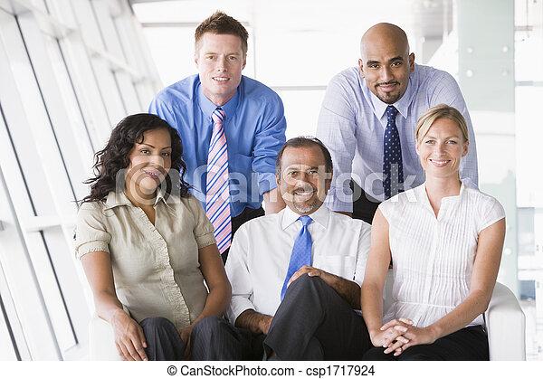 Fünf Geschäftsmänner im Haus lächelnd (hoher Schlüssel/selektiver Fokus) - csp1717924