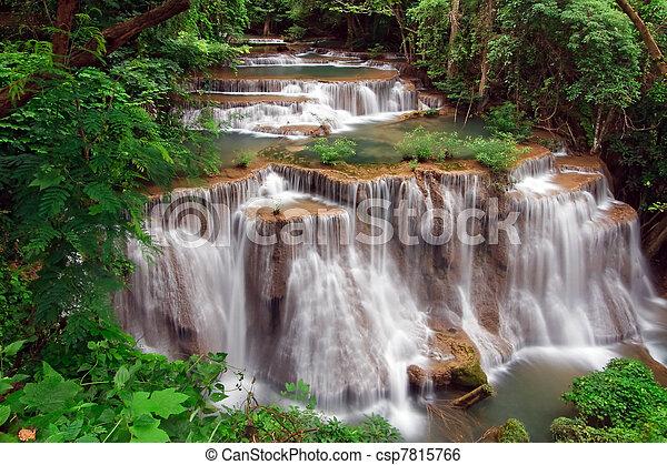Huay mae khamin waterfall, paraíso cascada en la selva tropical de Tailandia - csp7815766