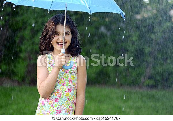 kicsi lány, eső - csp15241767