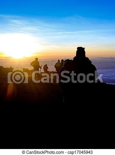 kilimanjaro, trekkers, zonopkomst, top - csp17045943