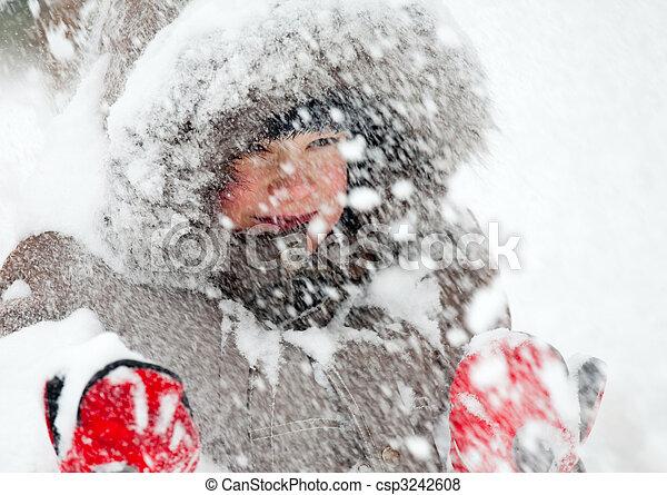 Ein Kind spielt im Schnee - csp3242608
