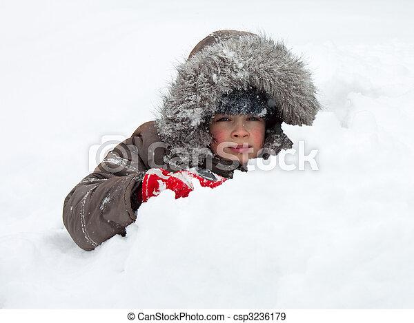 Ein Kind spielt im Schnee - csp3236179