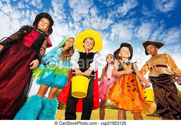 Kinder Gruppe Halloween Kostume Unten Aussehen Schuss
