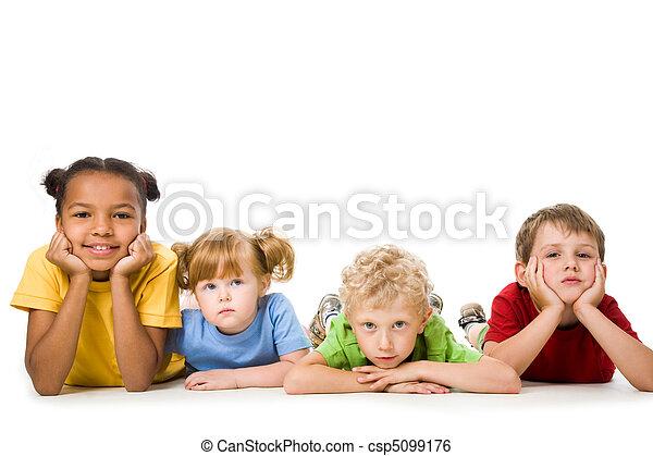kinderen, het liggen - csp5099176
