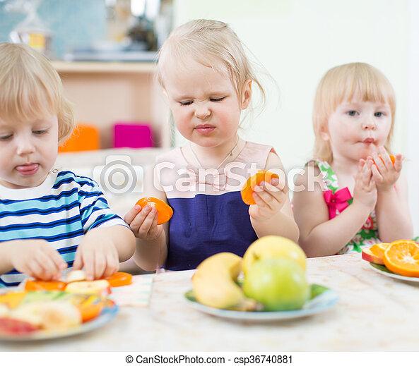 Kindergarten lustiges essende kinder fr chte lustiges for Comedor de frutas para bebe