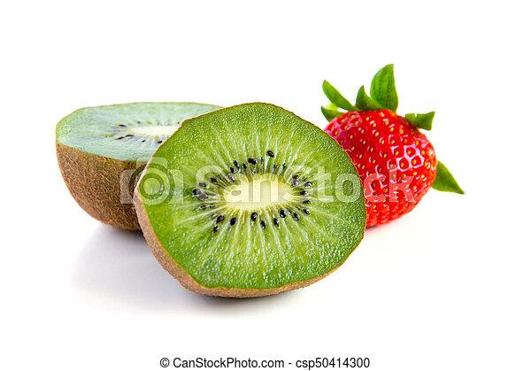 Ripe y jugoso kiwi y primer plano de fresa - csp50414300