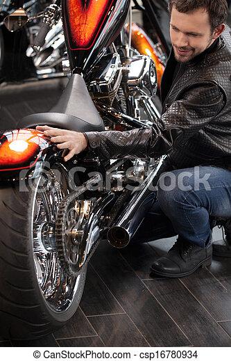 klant, het onderzoeken, leder, bovenzijde, mannen, jonge, vrolijk, motorfiets, motorcycle., aanzicht, kleding, aankoop, voor - csp16780934