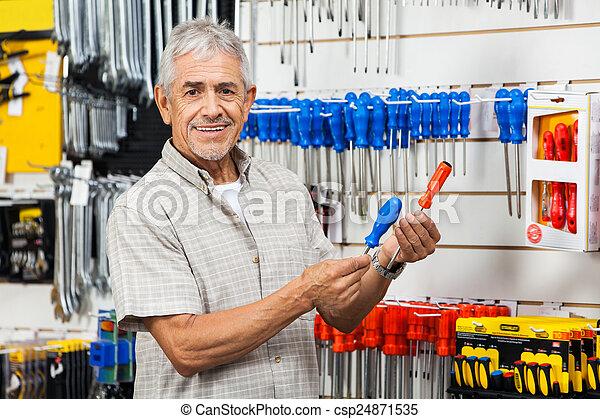 klant, winkel, schroevendraaiers, hardware, het vergelijken, vrolijke  - csp24871535