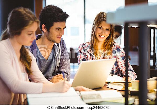 klasgenoten, studerend , het kijken, terwijl, fototoestel, student - csp24462079