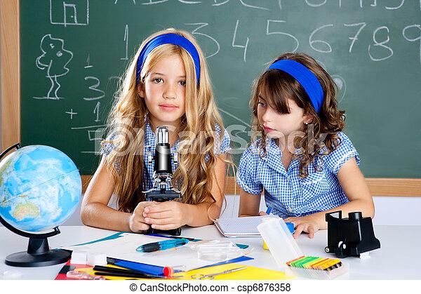 Klassenzimmer schulen mädchen mikroskop kinder. klassenzimmer