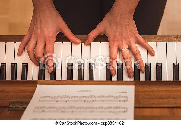 klavír, ruce, názor, uzavřít, klˇźe, up, hraní, pianista - csp88541021
