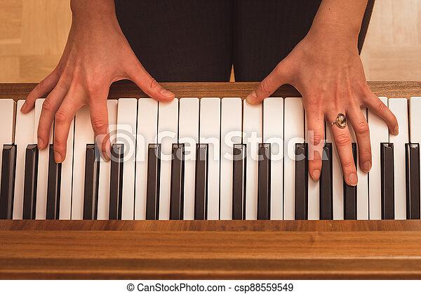 klavír, ruce, názor, uzavřít, klˇźe, up, hraní, pianista - csp88559549