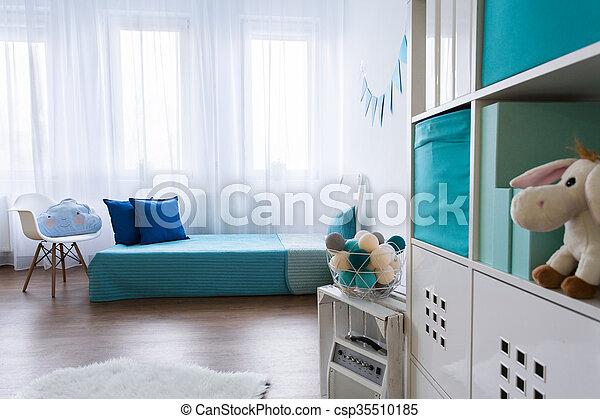 Kleine jongen net kamer ontworpen. blauwe communie kamer net