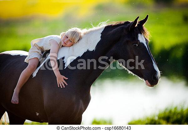 kleine, paardrijden, meisje, paarde - csp16680143
