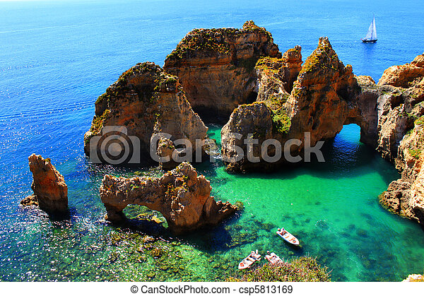 Klippen an der Algarve Küste in Portugal - csp5813169