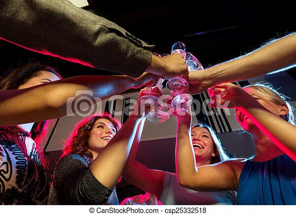 Freunde mit Champagnergläsern im Club - csp25332518