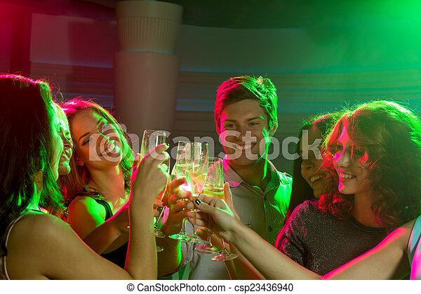 Freunde mit Champagnergläsern im Club - csp23436940