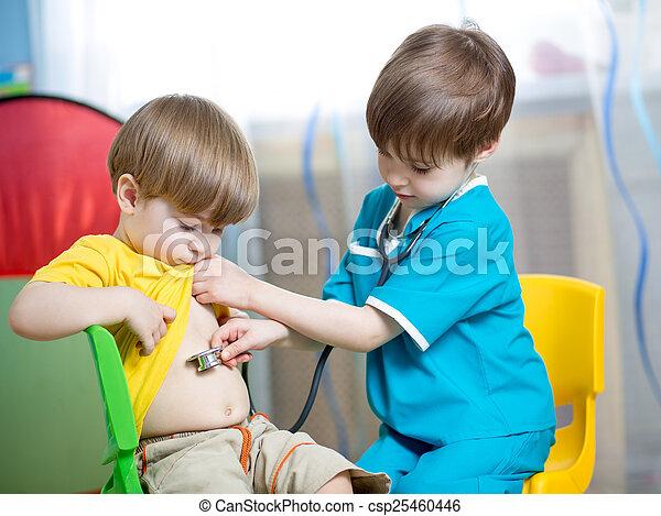 Schönes Schulmädchen Bei Doktorspielen
