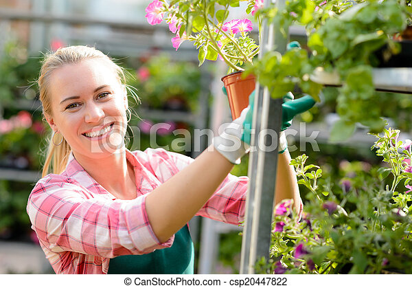 kobieta, środek, pracujący, słoneczny, uśmiechanie się, ogród - csp20447822