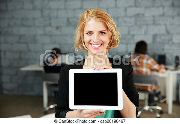 kobieta, biuro, tabliczka, pokaz, młody, komputer, okienko osłaniają, szczęśliwy - csp20196467