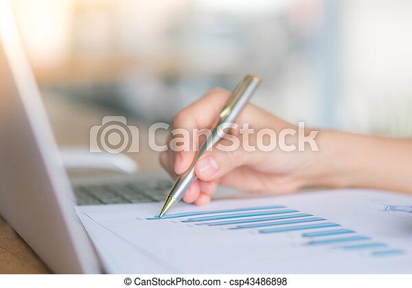 kobieta, finansowy, handlowy, laptop, wykresy, ręka, stół - csp43486898