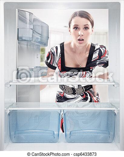 kobieta, fridge., półka, młode przeglądnięcie, opróżniać - csp6433873