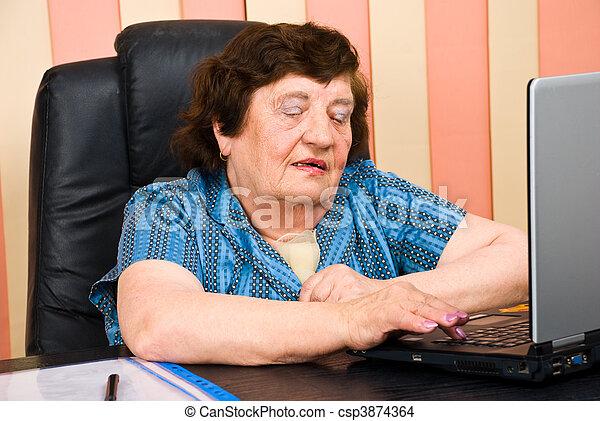 kobieta handlowa, biuro, używając, starszy, laptop - csp3874364