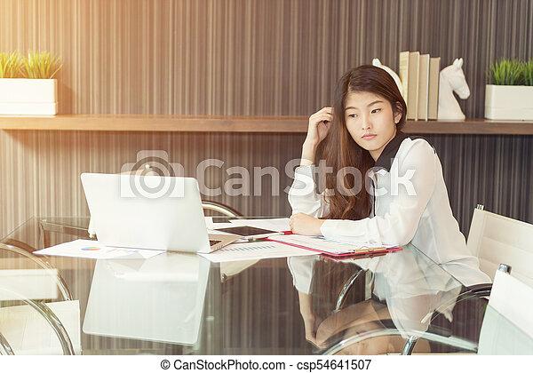kobieta handlowa, laptop, asian, akcentowany, używając - csp54641507