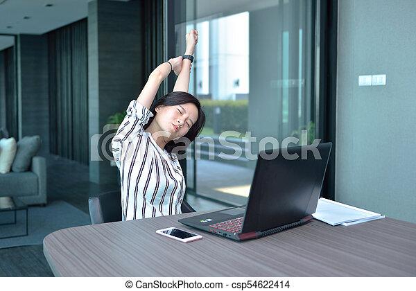 kobieta handlowa, laptop, rozciąganie, asian, przód, mieszkanie, przypadkowy - csp54622414