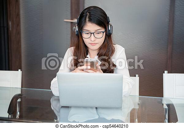 kobieta handlowa, laptop, telefon, asian, przód, używając - csp54640210
