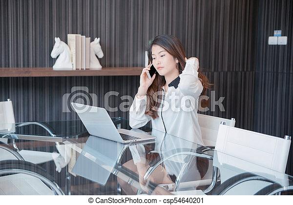 kobieta handlowa, laptop, telefon, asian, przód, używając - csp54640201