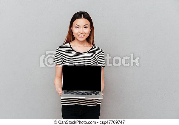 kobieta, laptop, odizolowany, radosny, dzierżawa, okienko osłaniają - csp47769747