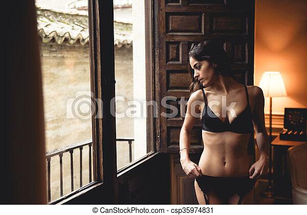 kobieta, młody, okno, bielizna, przedstawianie, sexy - csp35974831